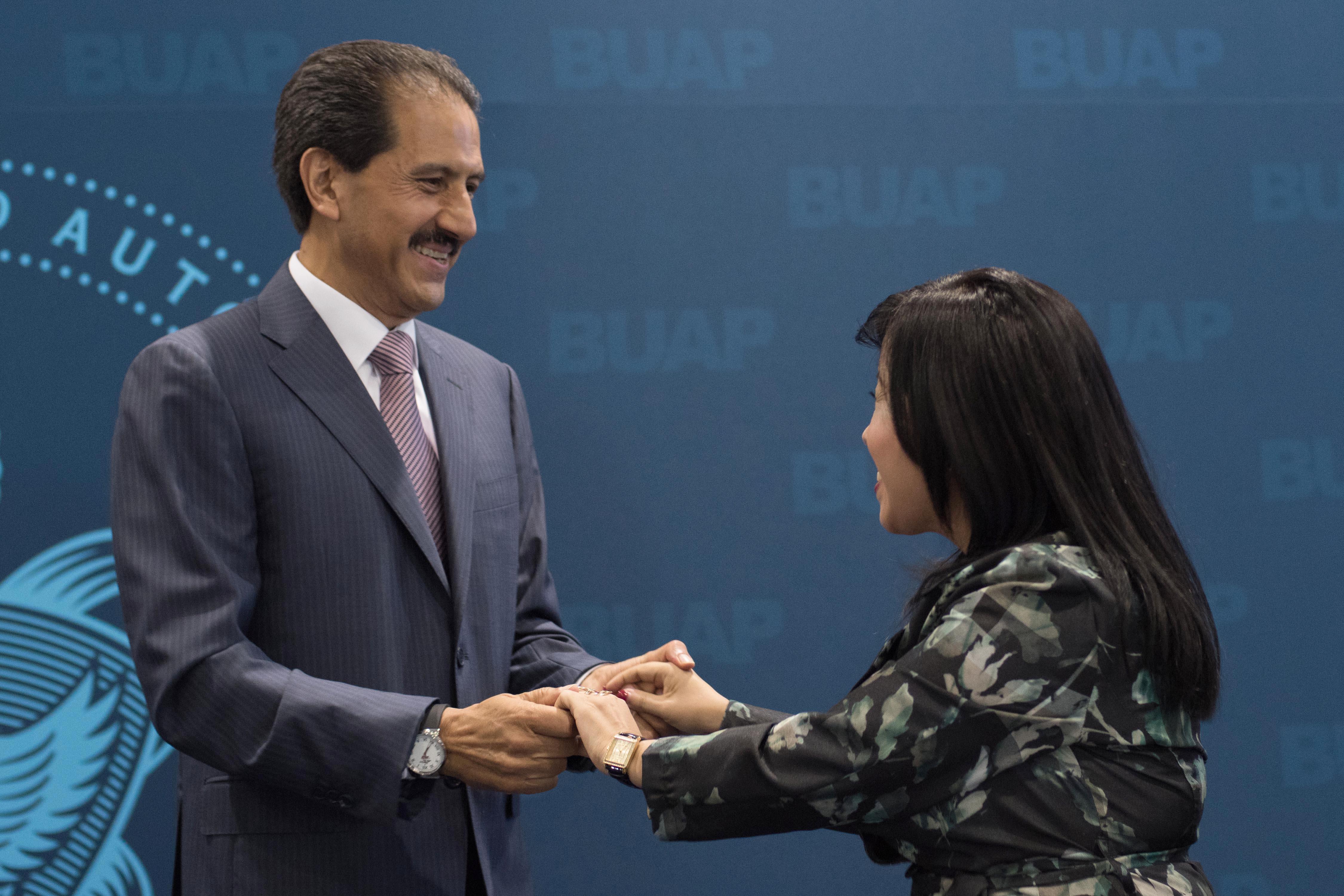 Esparza toma protesta a directora de Ciencias de la Comunicación BUAP