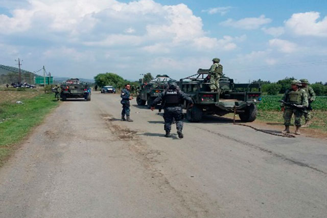 En huida, presuntos chupaductos abandonan 4 camionetas y  un menor