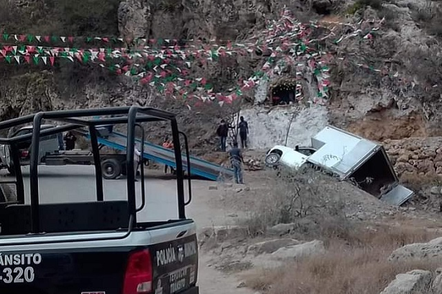 Transportistas de abarrotes vuelcan y colonos evitan rapiña