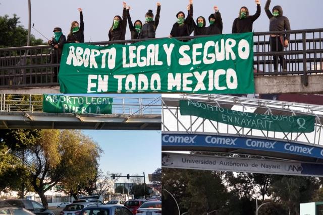 Mujeres de todo México exigen aborto legal con mensajes en puentes peatonales