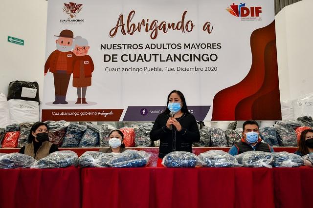 En Cuautlancingo entregan 3 mil chamarras a adultos mayores
