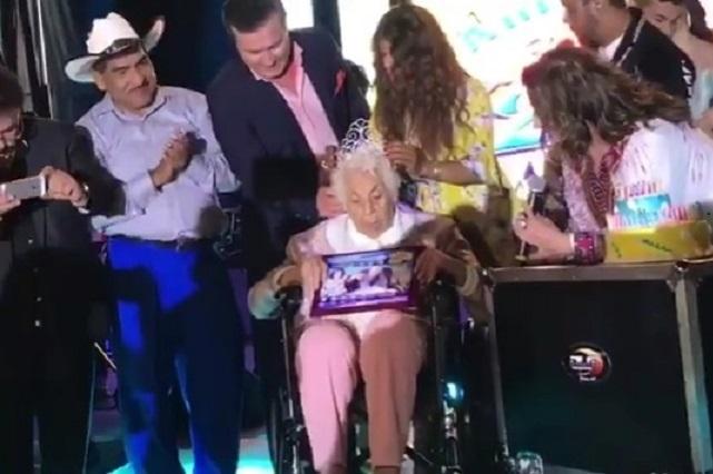 Abuela de Thalía recibe reconocimiento por sus 100 años de vida