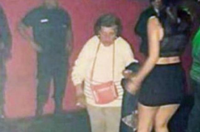 Chica se va al antro y su abuelita la saca para que cuide a su bebé
