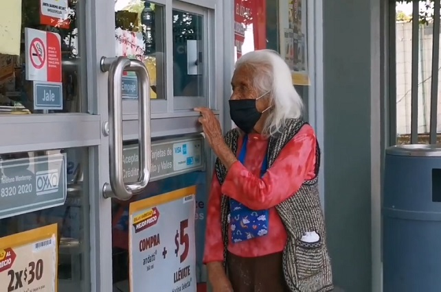 Video: Abuelita se gana la vida abriendo puerta de un Oxxo