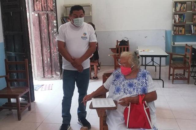 Abuelita termina la primaria a los 71 años y foto se viraliza