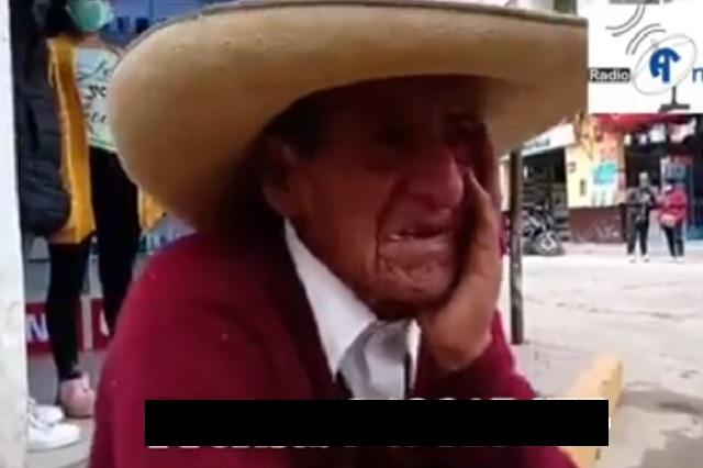 Abuelito llora desconsolado luego de que sus hijos le exigieran herencia