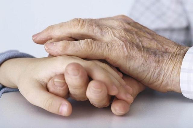 Abuelos no están para cuidar nietos, afirma especialista