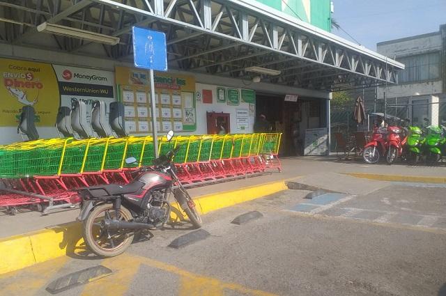 Comerciantes obligan a clientes a usar cubrebocas en Acatlán