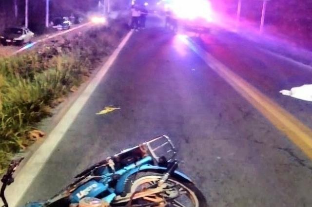 Invade carril y arrolla a tres que iban en moto; 1 muerto