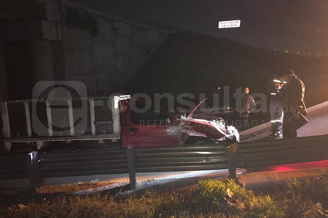 Camioneta con gente en la batea choca en Periférico; hay 1 muerto