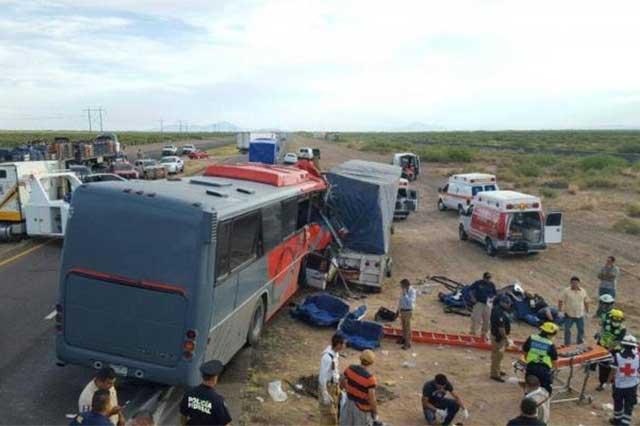Mueren 10 personas en choque entre camión de pasajeros y un carguero