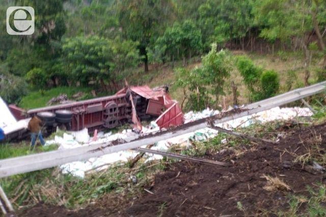 Vuelca camión y cae a barranco en Venustiano Carranza