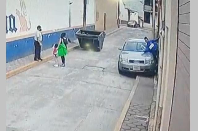 Video: Se sube a la banqueta y atropella a peatón en Zacapoaxtla