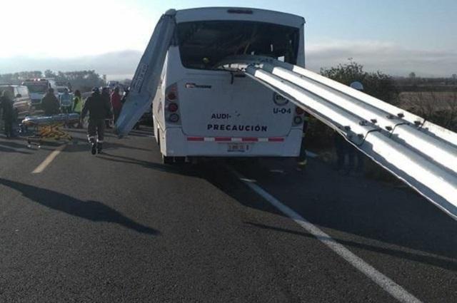 Camión con empleados de Audi atraviesa barra de contención