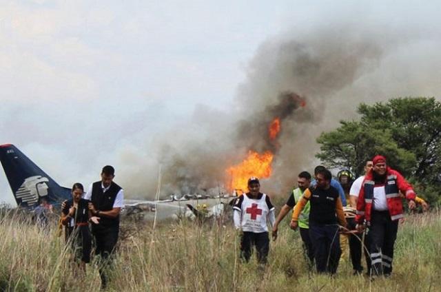 Trasladan a hospital privado a niña quemada en accidente de avión