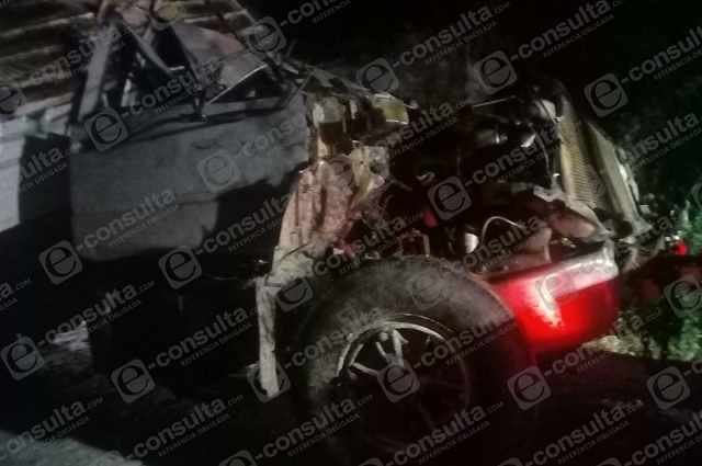 Un muerto y un herido deja caída de volteo en barranco de Tlaola
