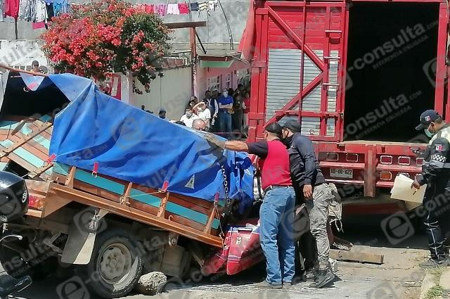 Muere hombre en Zacapoaxtla tras chocar contra camión