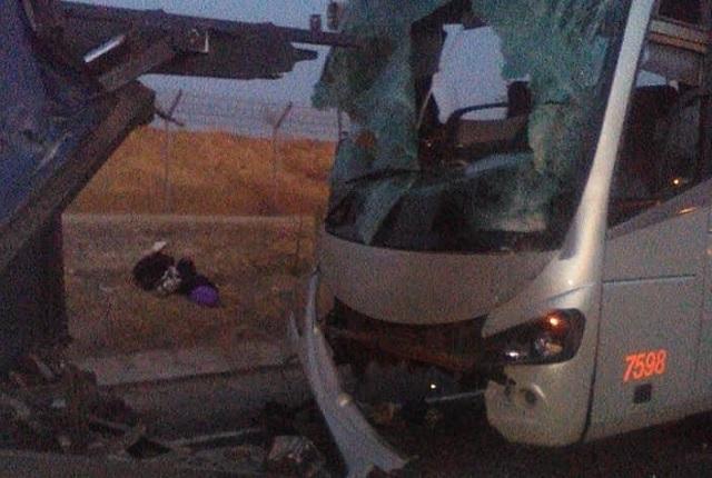 Deja 15 lesionados choque de camión y nodriza en Chiapa