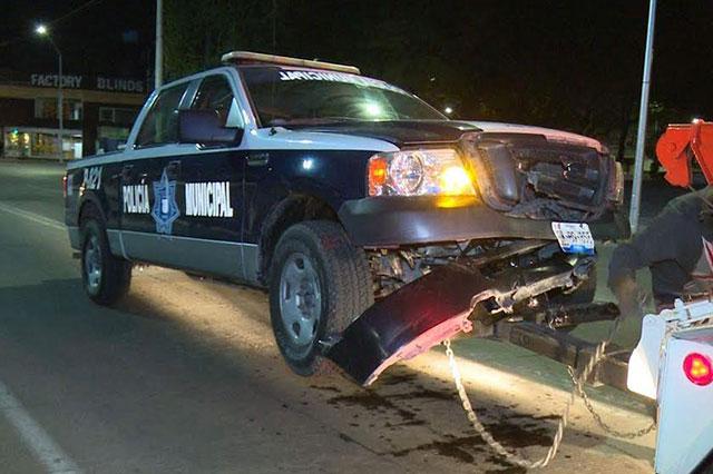 Patrulla de la policía municipal impacta a vehículo particular