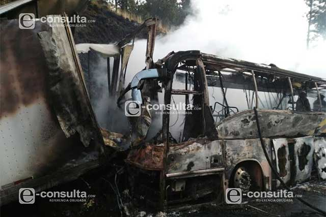 Carambola provoca incendio de dos vehículos en la Puebla-México