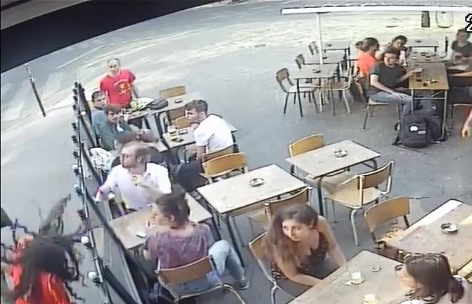 Acosador golpea en la cara a una mujer que le reclamó