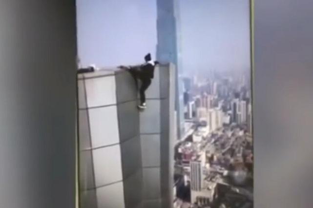 Acróbata chino graba video de su propia muerte al caer de rascacielos
