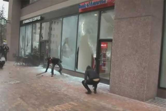 Durante protesta contra Trump, activistas destruyen escaparates