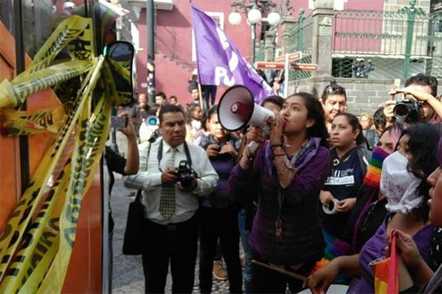 Corren de Puebla a 'huevazos' al Autobús que rechaza derechos gay