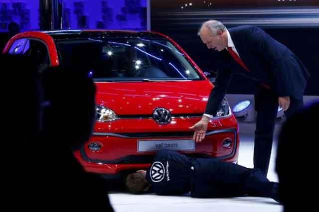 Durante exhibición de VW, activista irrumpe y finge corregir el motor