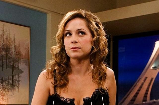 Se le rompe el cierre del vestido y actriz sale en tv cubierta con toalla de baño