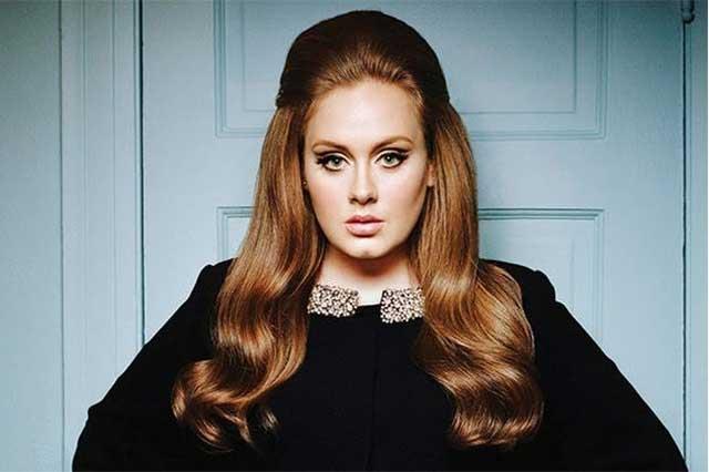 Adele cancela concierto y sorprende al aparecer en video sin maquillaje