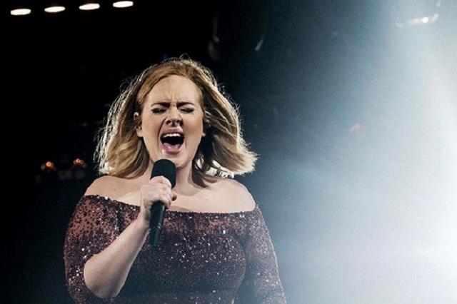 Foto: Adele es captada en leggins negros tras gran pérdida de peso