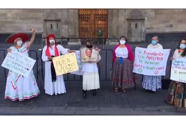 Adelitas despiden a López Obrador afuera de Palacio Nacional
