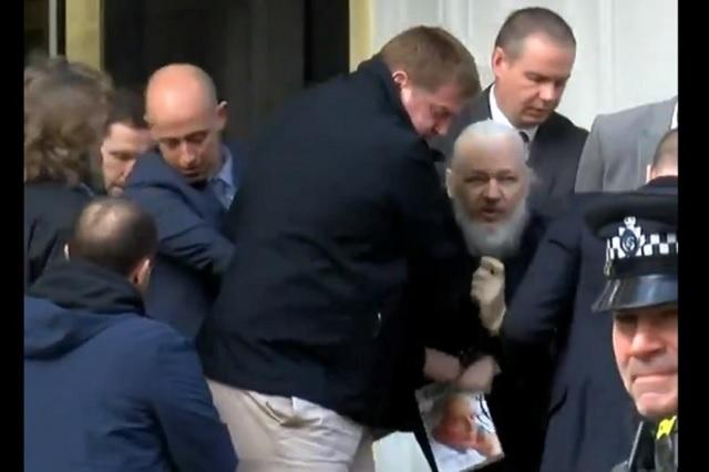 Ecuador retira asilo político a Julian Assange y lo arrestan en Londres
