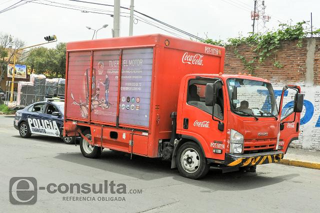 Camión de Coca-Cola provoca accidente en la 4 Poniente