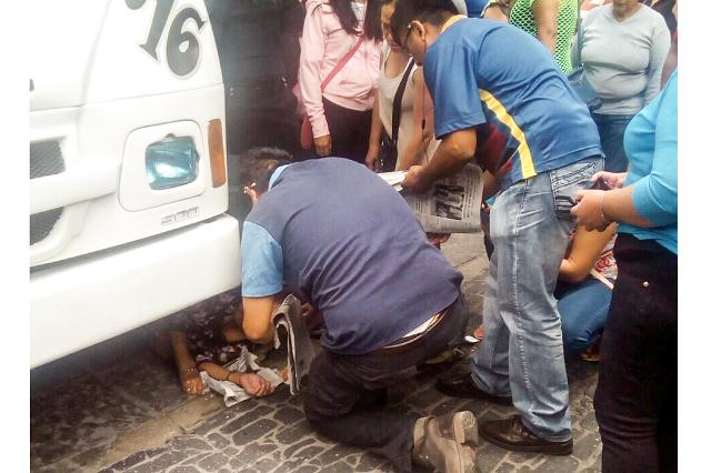 A punto de ser aplastada, queda mujer bajo microbús Ruta 19