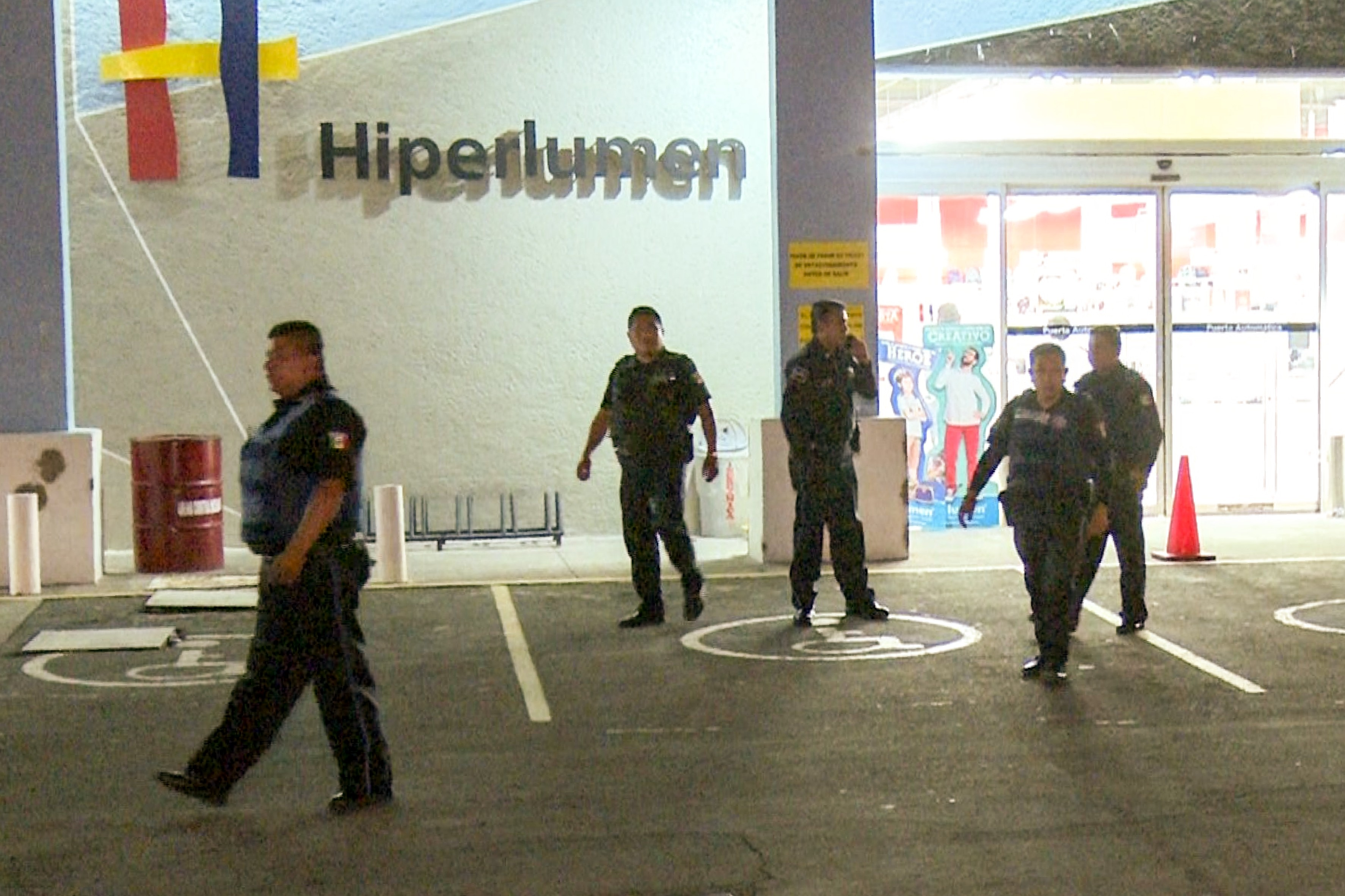 Pistola en mano atracan la tienda Hiperlumen de El Carmen