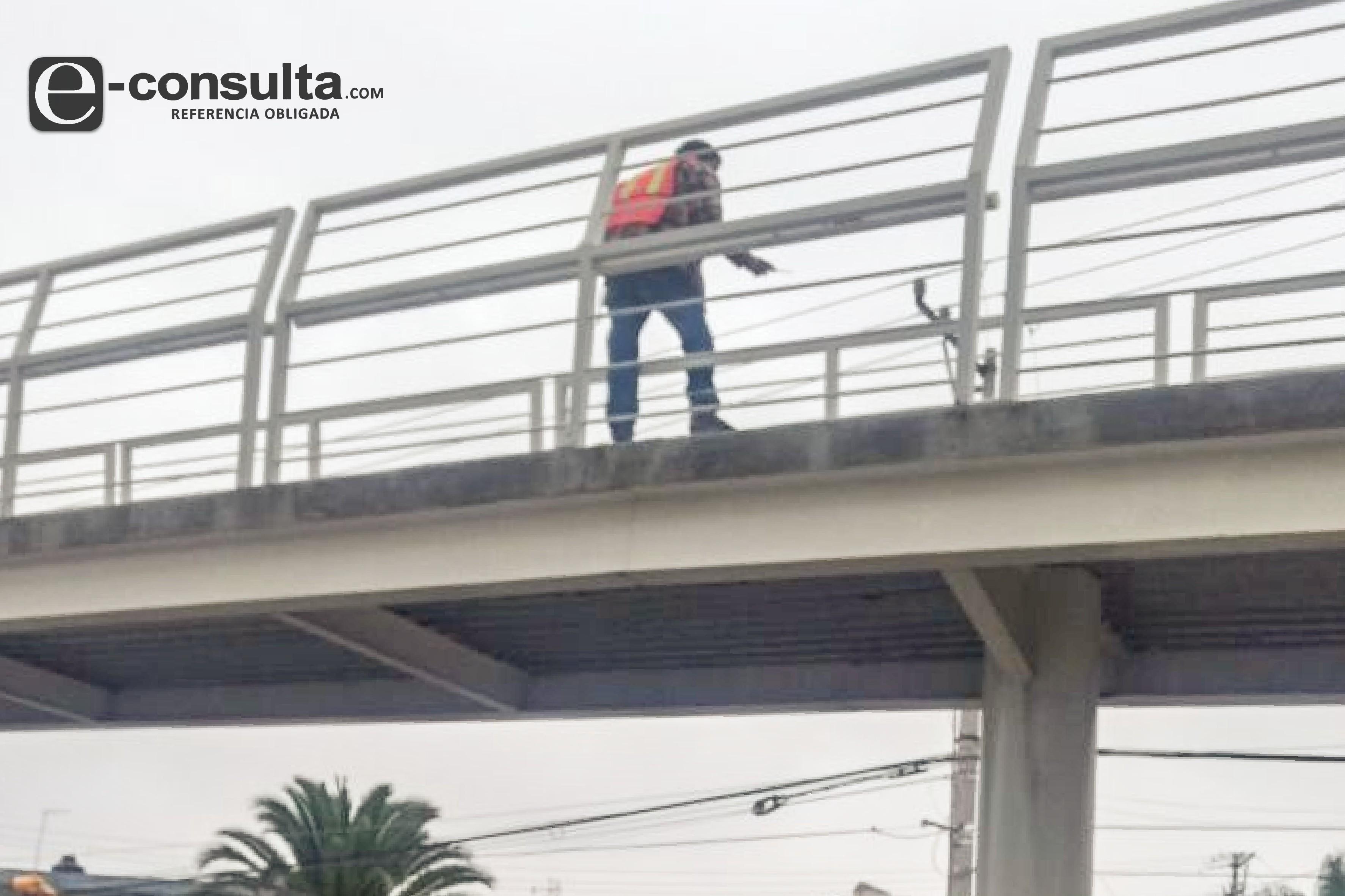 Había robado, sujeto que amenazó con lanzarse de puente