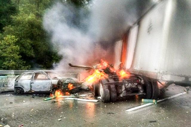 Aparatoso choque en la México-Puebla deja a tráiler calcinado