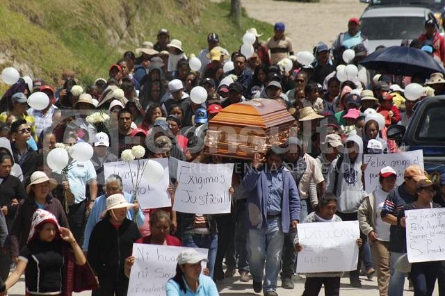En sepelio rezan por edil de Nopalucan y exigen justicia