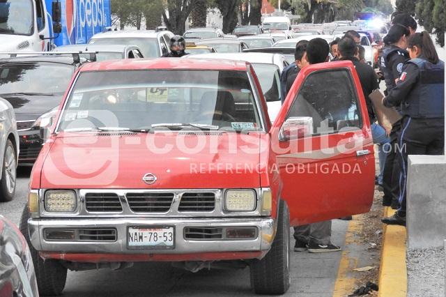 Roba camioneta pero se queda atrapado en el tráfico de Puebla