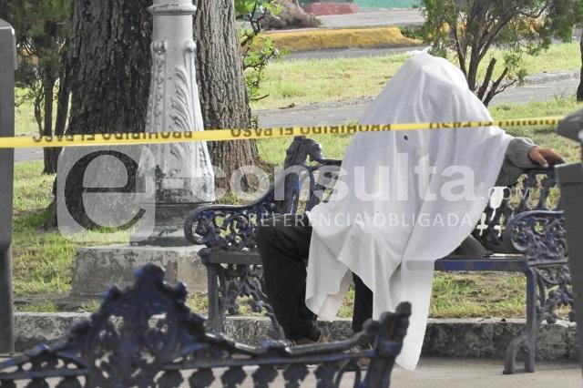 Hombre mayor muere sentado en la banca de un parque poblano