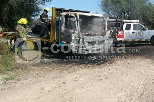 Ladrones chocan con PF en Yehualtepec y queman camión
