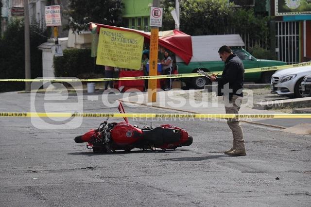 Muere motociclista al chocar contra auto estacionado en La Paz