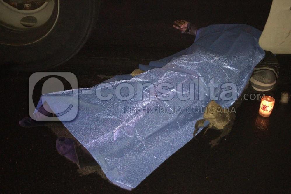 Muere motociclista prensado por dos tráilers en la Puebla-Orizaba
