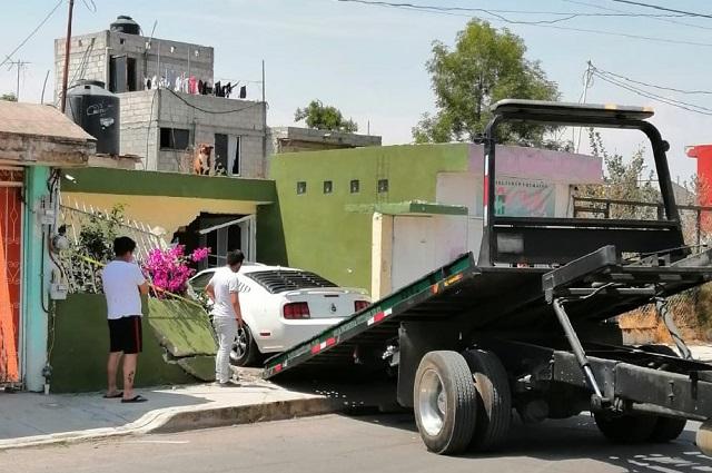 Se pone bravo tras chocar su Mustang en casa de Puebla