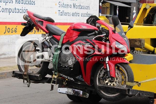 Motociclista sin casco fallece tras derrapar en Las Torres