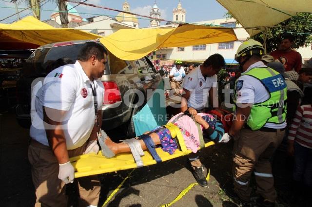 Camioneta choca con tianguis de Canoa; 1 muerto y 3 heridos