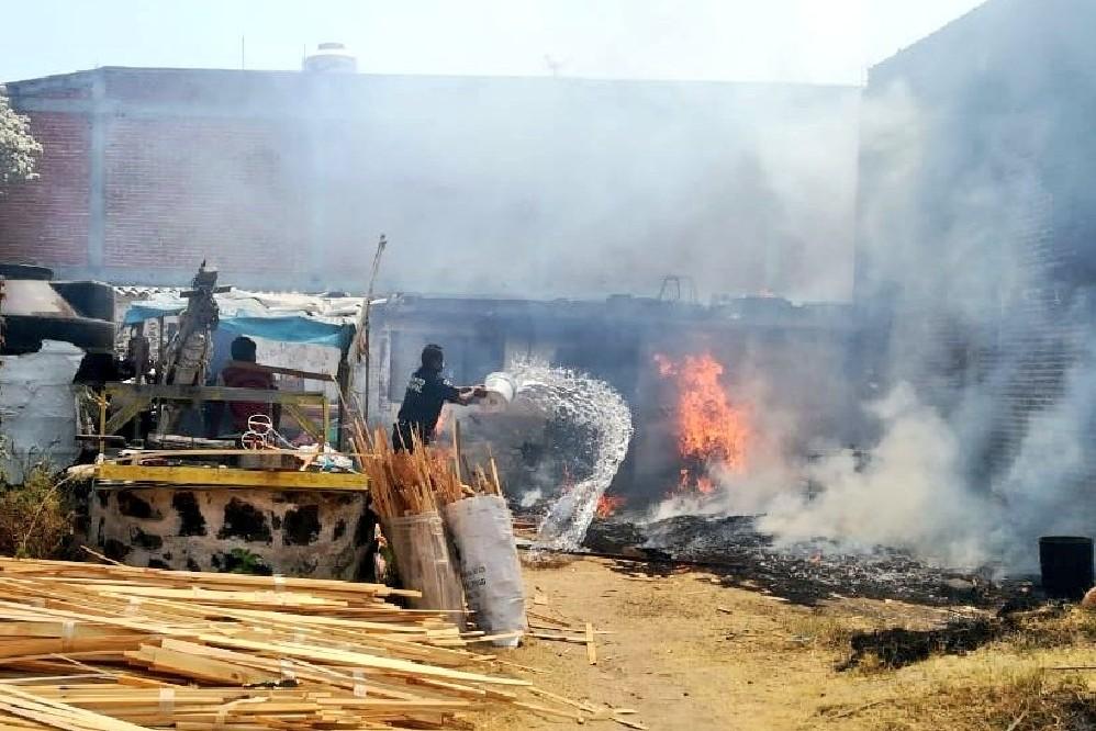 Sofocan incendio en carpintería de San Andrés Cholula