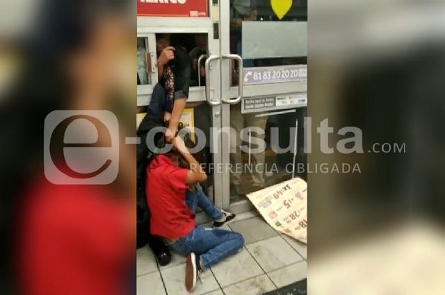 Borrachos agreden a empleados y apedrean Oxxo en Puebla